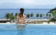 Außenpool mit Blick aufs Meer im Club Miraggio