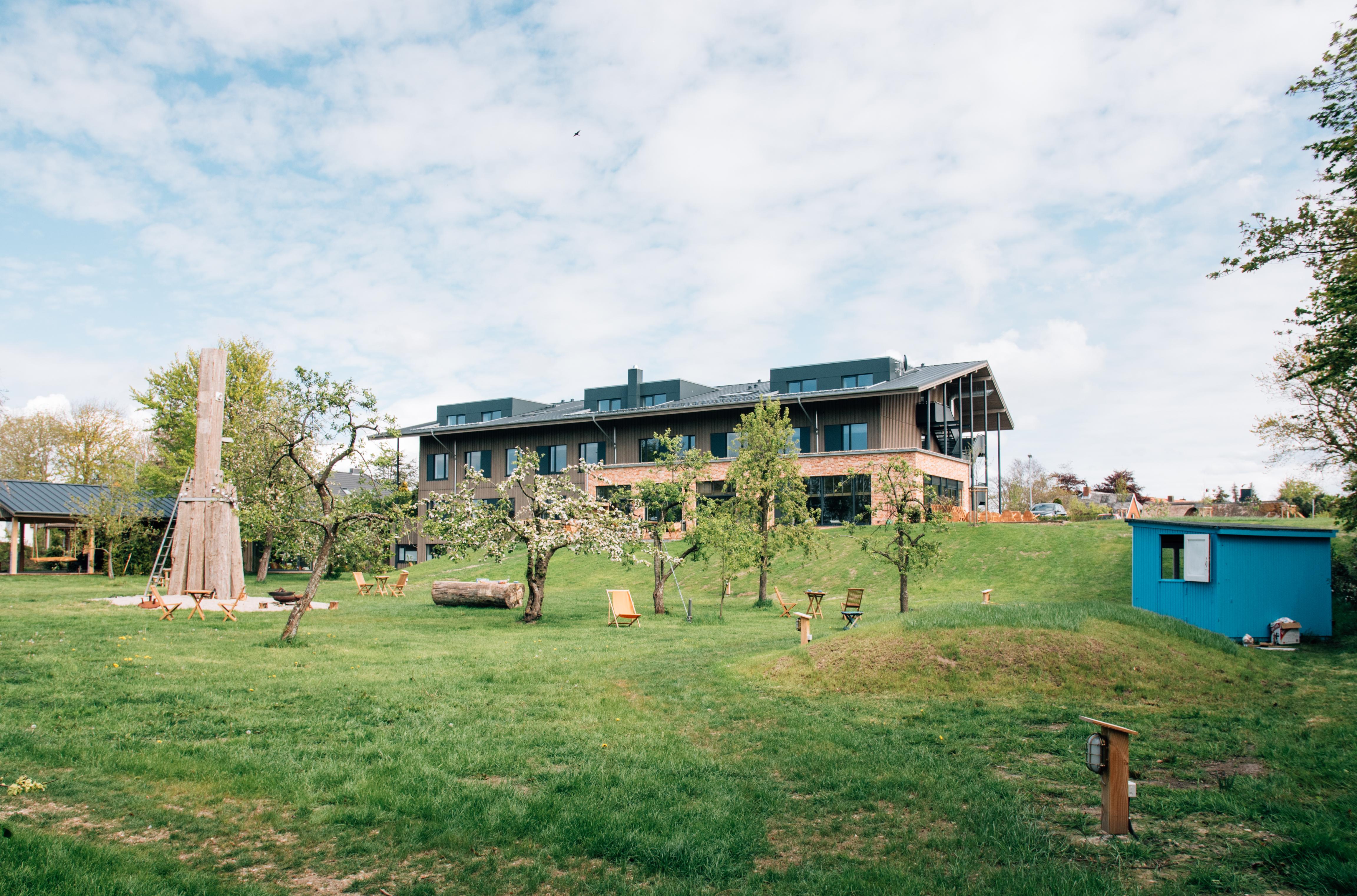 Hotel Landhafen - Ansicht mit Obstgarten