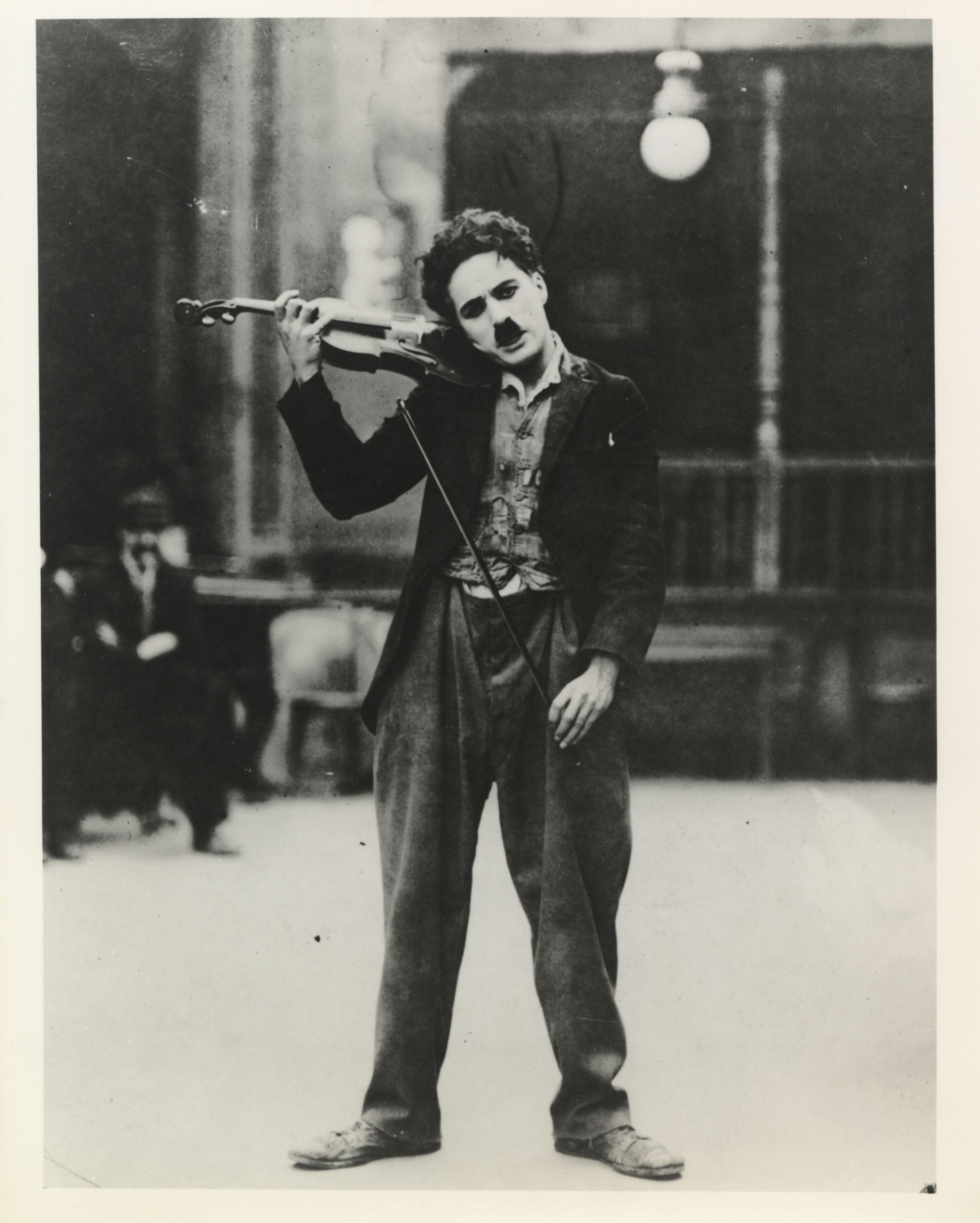 Chaplin mit Geige während der Verfilmung des Charlot-Musikers 1916