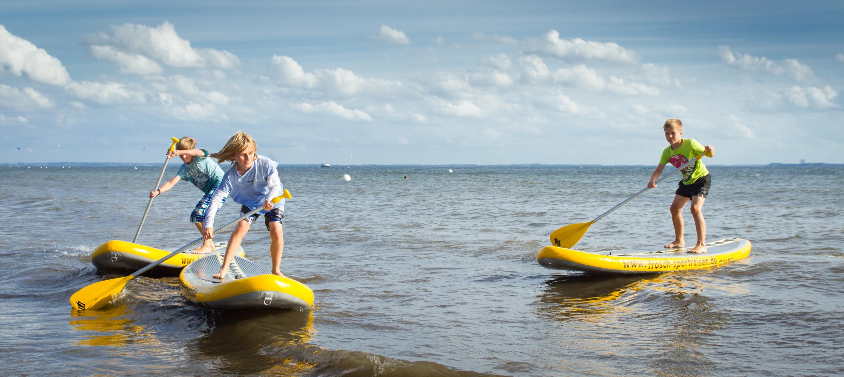 Spaß beim SUP im Strandkind an der Ostsee