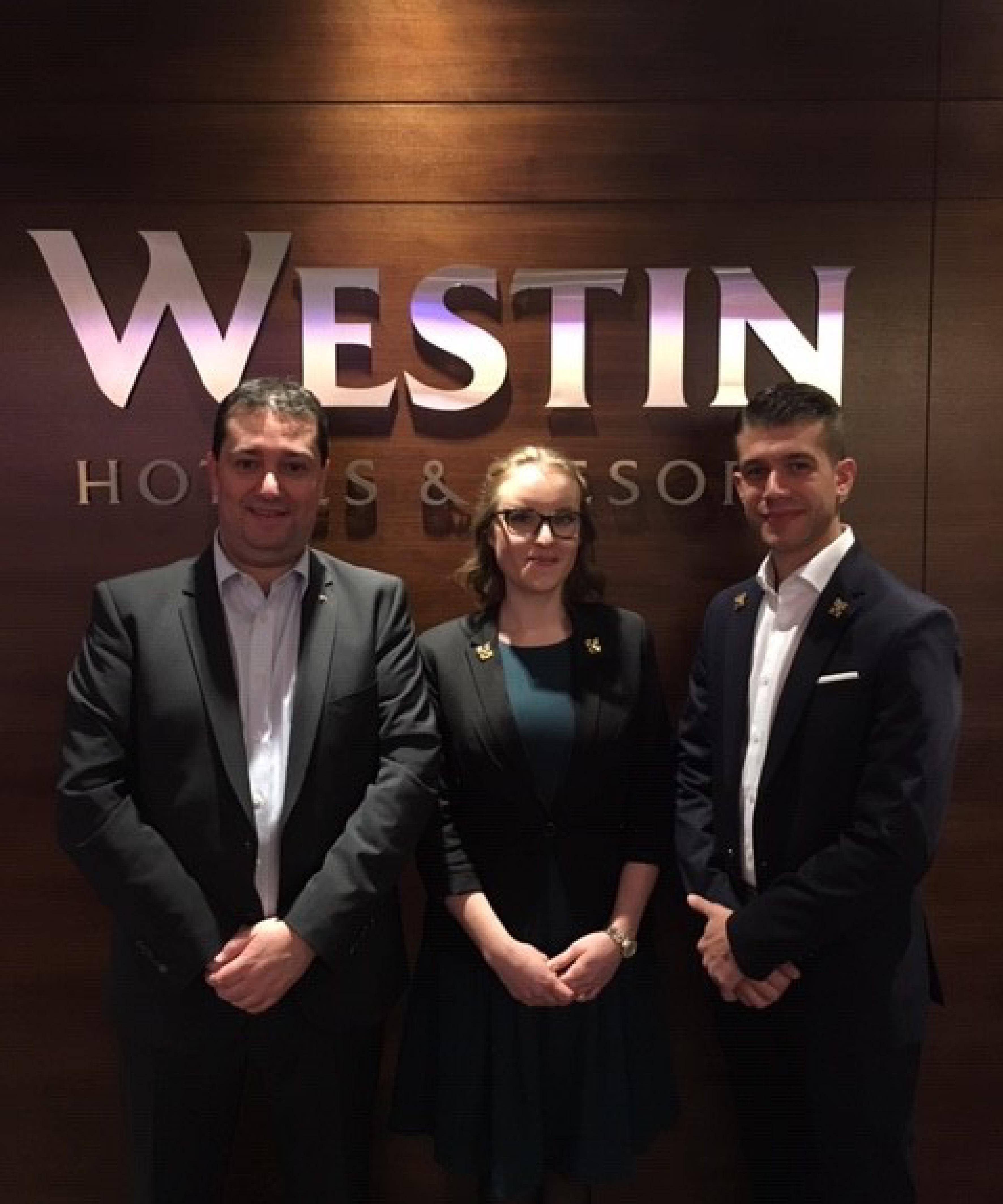 Paulo Santos mit den neuen Mitgliedern des Concierge-Verbandes: Julia Sieler und Kevin Piepke