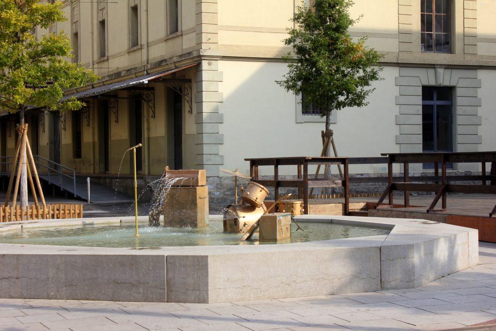 Lausanne - Moderne Architektur, Brunnen in Flon